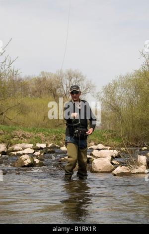 Mann, Fliegenfischen, Vulkaneifel Gebiet, Rheinland-Pfalz, Deutschland, Europa - Stockfoto