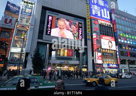 Neonlicht & Verkehr der Bezirk Shinjuku in Tokio - Stockfoto