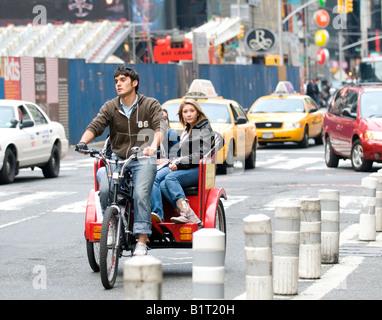 Touristen auf einer Rikscha am Times Square, New York - Stockfoto