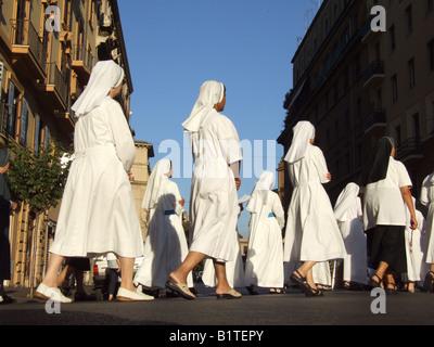 Nonnen an religiöse Prozession in Rom Italien - Stockfoto