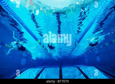 Unterwasser-Blick High School schwimmen Mitglieder Ihres Teams arbeiten Sie in einem Schwimmbad - Stockfoto