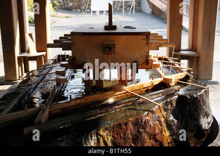 Temizuya - Wasser gefüllten Becken von Shinto Diener zur zeremoniellen Reinigung verwendet. - Stockfoto