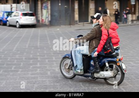 Ein paar fährt ein Motorrad in Catania, Sizilien, Italien - Stockfoto