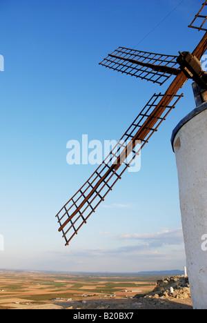 Windmühle und Landschaft. Consuegra. Provinz Toledo. Kastilien-La Mancha. Spanien. - Stockfoto