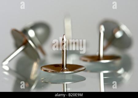 Reißnägel mit Reflexionen und geringe Schärfentiefe - Stockfoto