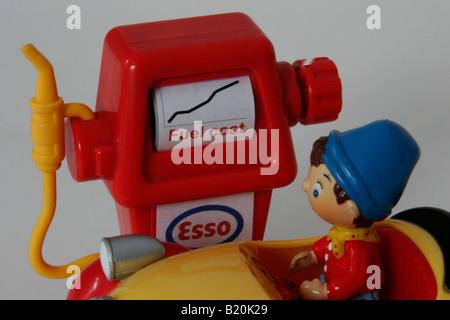 """Die Spielzeug-Charakter """"Noddy"""" blickt auf eine Petol Pumpe mit ein Diagramm mit den steigenden Treibstoffkosten - Stockfoto"""
