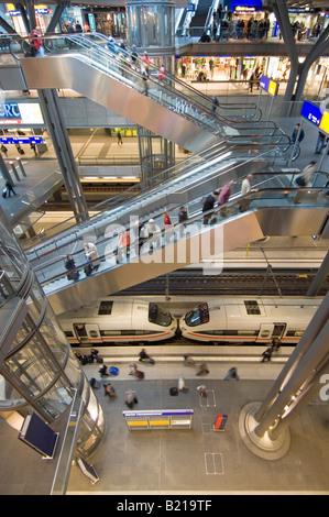 Unteren Bahnsteigebene - ein Inter-City-express statisch auf der Plattform mit Passagierzahl Aussteigen aus dem - Stockfoto