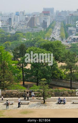 Blick vom Main Tower (Halten) über den Schlosspark und die moderne Stadt, Himeji JP - Stockfoto