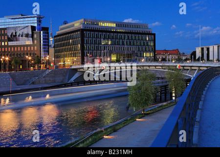 Brücke über den Fluss Kronprinzenbruecke Spree River Bundespressekonferenz Kapelleufer Berlin Deutschland - Stockfoto