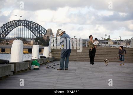 Vater und Söhne zu Fuß den Hund Pyrmont Point Park Sydney New South Wales Australia Stockfoto