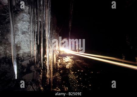 Eiszapfen und vorbeifahrenden Fahrzeug leuchtet, Homer Tunnel, Milford, Fiordland, Neuseeland - Stockfoto