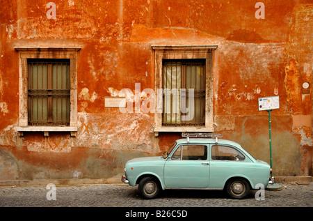 Wand des Hauses mit einem Fiat 850 vorne, Trastevere, Rom, Italien
