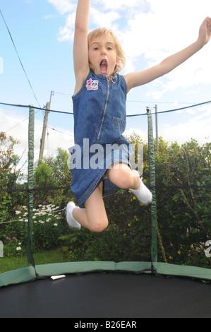 Ein Kind springt auf einem Trampolin - Stockfoto