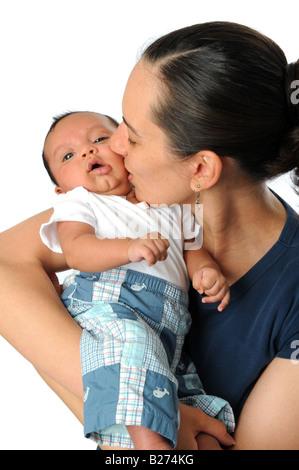 Mutter Sohn isoliert auf einem weißen Hintergrund zu küssen - Stockfoto