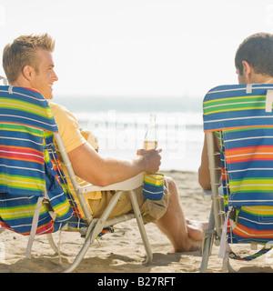 Zwei Männer sitzen in Strandkörbe - Stockfoto