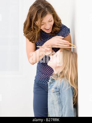 Mutter Mess Tochter Höhe - Stockfoto