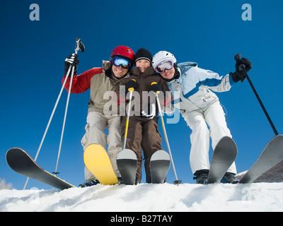 Familie stehen auf Skiern - Stockfoto