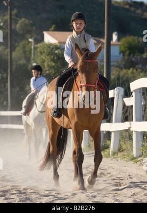 Neun Jahre altes Mädchen auf Pferd - Stockfoto