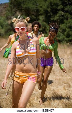 Jugendliche, die zu Fuß durch trockenen Bereich - Stockfoto