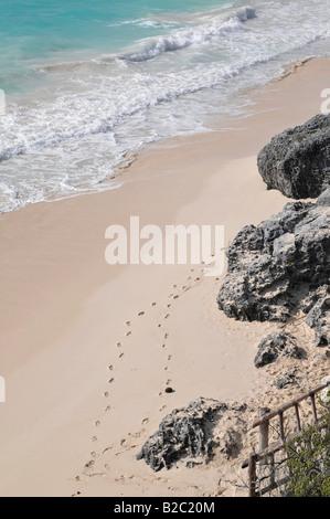 Bucht am Fuße der Burg, El Castillo, Spuren im Sand, Tulum, Maya archäologische Ausgrabung,, Halbinsel Yucatan - Stockfoto