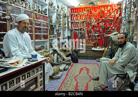Shop mit alten traditionellen Souvenirs im Souq von Mutrah alten Muscat Oman - Stockfoto