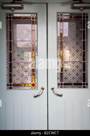 Irish Pub-Tür mit Buntglas-Fenster, Sneem, County Kerry, Irland - Stockfoto