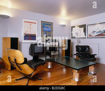 Free Schwarzes Leder Charles Eames Sessel Und Moderner Couchtisch In  Achtziger Jahren Leben Zimmer Mit Fernseher Und With Charles Eames Sessel