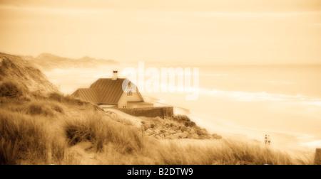 Haus auf der horizontalen Ausrichtung monochrome Orton: ein traditionelles Haus klammert sich an der Küste, umgeben - Stockfoto