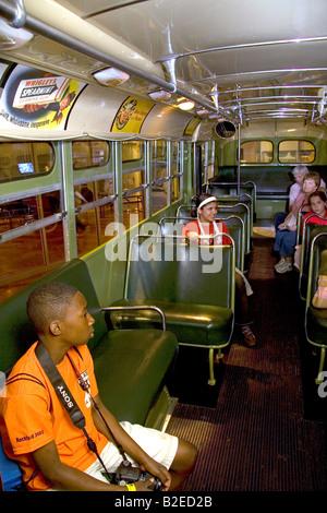 Schwarzer Junge sitzt in Rosa Parks Stadt Bussitz auf dem Display an das Henry Ford Museum in Dearborn, Michigan - Stockfoto