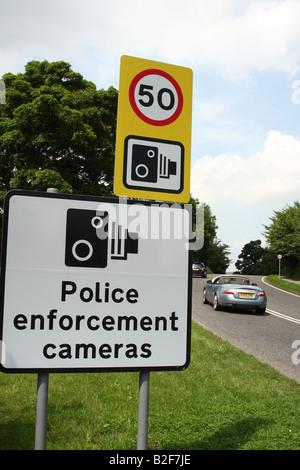 Am Straßenrand Geschwindigkeit Beschränkung Zeichen auf der A6 in Derbyshire, England, Vereinigtes Königreich - Stockfoto