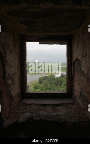 Ranthambhore Tiger reserve Blick durch eines der versteckten Fenster von der Spitze des Ranthambhore Fort, Rajasthan. - Stockfoto