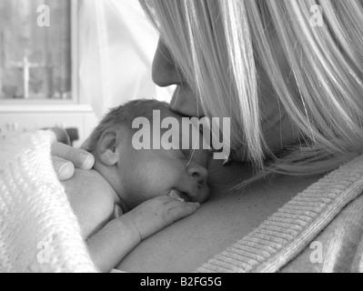Mutter, neugeborenes Baby küssen - Stockfoto