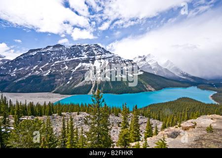 Peyto See aus Bow Summit im Banff National Park Kanada an einem sonnigen Juni Datum betrachtet - Stockfoto