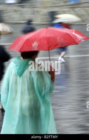 Trägers wasserdichte Jacke Kap im Regen - Stockfoto