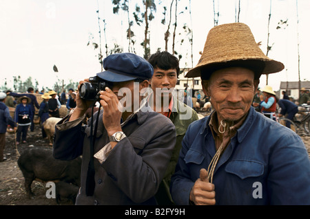 asiatische Bauern bei einem Verkauf von Vieh, ein Foto, und dabei Daumen nach oben - Stockfoto