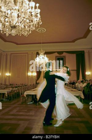 paar in einem Wiener Ballsaal Walzer - Stockfoto