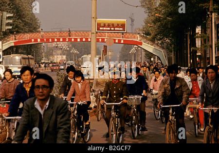 ein Soldat Fahrten Fahrrad unter Hunderten von Radfahrer-shanghai, china - Stockfoto