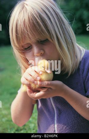 Nahaufnahme eines Mädchens küssen Entlein - Stockfoto
