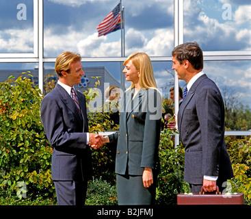 Seitenansicht der Geschäft Leute Handshake vor Bürogebäude - Stockfoto