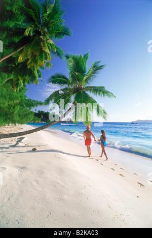 Paar am weißen Sandstrand namens Anse Severe auf der Insel La Digue auf den Seychellen - Stockfoto