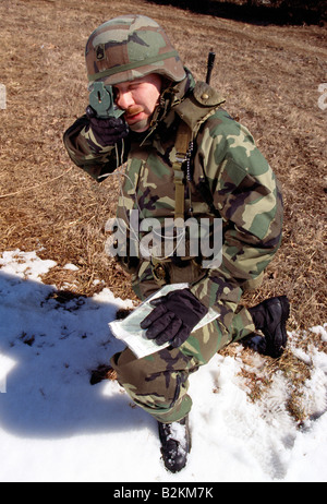 US-Soldat auf Manöver im Feld - Stockfoto