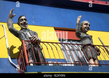 Modelle von Juan Peron und Eva Peron lehnt aus eines der bunten Gebäude Caminito in La Boca, Buenos Aires in Argentinien - Stockfoto