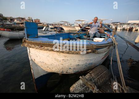 Fischerboot in dem kleinen Hafen von Aci Trezza, Sizilien, Italien - Stockfoto