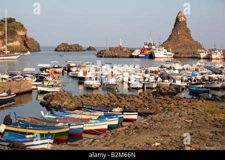 Der kleine Hafen von Acitrezza mit den typischen Stacks, Aci Trezza, Sizilien, Italien - Stockfoto