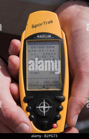 Ein Tourist bekommt ein 00 00 00 auf ein GPS-Gerät auf der Äquatorlinie außerhalb der Solar Museum Intinian in der - Stockfoto