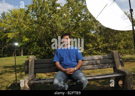 Mann posiert unter weißen Schirm. - Stockfoto