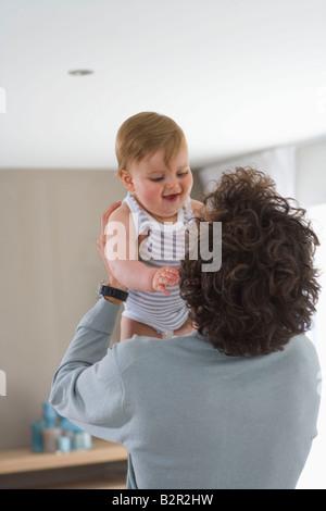 Vater hält und befasst sich mit baby - Stockfoto