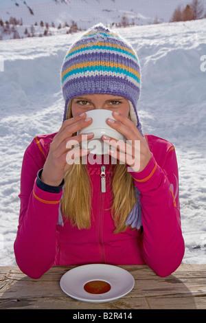 Mädchen trinken - Stockfoto
