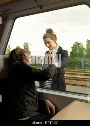 Junges Paar auf Zug - Stockfoto