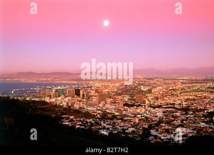 Mond über Kapstadt und die Tafelbucht in der Dämmerung vom Tafelberg - Stockfoto